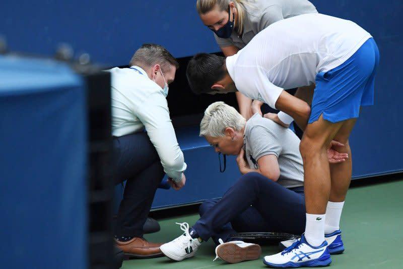Djokovic didiskualifikasi karena pukulkan bola ke ofisial pertandingan