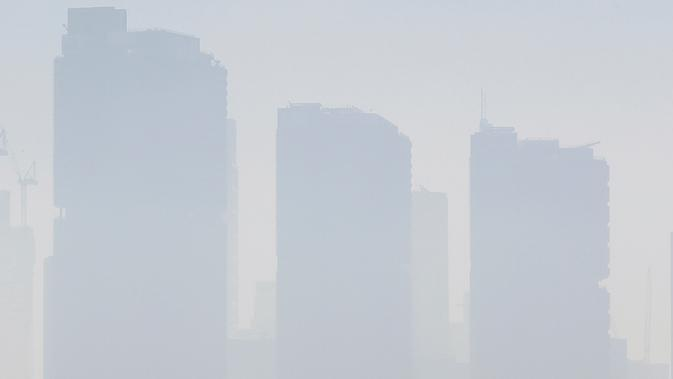 Kabut asap menutupi Sydney saat kebakaran hutan dan lahan melanda kota, Selasa (19/11/2019). Sydney diselimuti kabut asap saat kebakaran hutan di timur Australia menyebabkan tingkat polusi di kota terbesar Australia itu naik tajam. (AP Photo/Rick Rycroft)