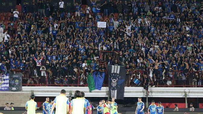 Suporter Persib Bandung, Bobotoh, memberikan apresiasi usai mengalahkan Persebaya Surabaya pada laga Liga 1 Indonesia di Stadion I Wayan Dipta, Bali, Jumat (18/10). Persib menang 4-1 atas Persebaya. (Bola.com/Aditya Wany)