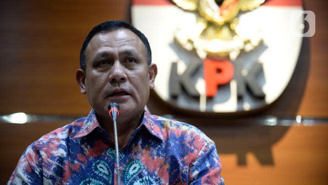 Ketua KPK Firli Bahuri (kiri) menyampaikan keterangan terkait pengembangan kasus proyek jalan Bengkalis di Gedung KPK, Jakarta, Jumat (17/1/2020). Ada enam proyek jalan dengan nilai proyek sebesar Rp 2,5 triliun dan total kerugian negara sebesar Rp 475 miliar. (merdeka.com/Dwi Narwoko)