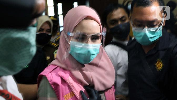 Jaksa Pinangki Sirna Malasari bersiap menjalani sidang perdana di Pengadilan Tipikor Jakarta, Rabu (23/9/2020). Pinangki didakwa dalam kasus dugaan korupsi dan tindak pidana pencucian uang terkait kepengurusan fatwa untuk Djoko Tjandra di Mahkamah Agung, (Liputan6.com/Helmi Fithriansyah)