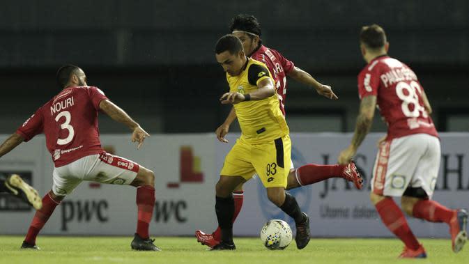 Gelandang Bhayangkara FC, Rubens Raimundo, berusaha melewati gelandang Bali United, Brwa Nouri, pada laga Piala Presiden 2019 di Stadion Patriot, Bekasi, Kamis (14/3). Bhayangkara menang 4-1 atas Bali. (Bola.com/Yoppy Renato)