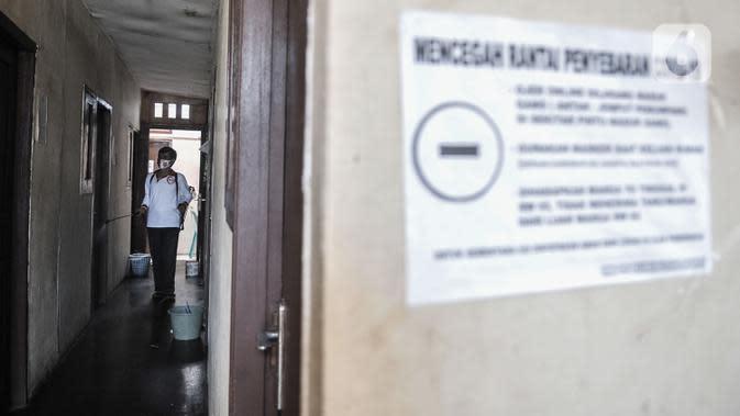 Anggota Lembaga Keswadayaan Masyarakat (LKM) mendisinfeksi kamar isolasi COVID-19 di RW 05 Kelurahan Kuningan Barat, Jakarta, Kamis (27/8/2020). Dengan adanya ruang isolasi tersebut diharapkan dapat mencegah penularan COVID-19. (merdeka.com/Iqbal S. Nugroho)
