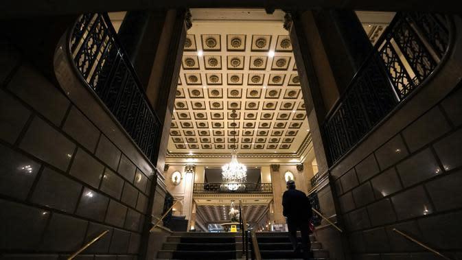 Lobi Roosevelt Hotel, sebuah hotel mewah bersejarah di Midtown Manhattan, terlihat di New York pada 12 Oktober 2020. Hotel ikonik yang kerap dijadikan tempat syuting film-film Hollywood itu akan ditutup secara permanen lantaran pandemi Covid-19. (TIMOTHY A. CLARY / AFP)