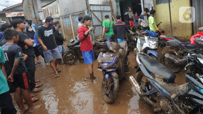 Warga memindahkan kendaraan usai banjir bandang melanda Kampung Cibuntu, Desa Pasawahan, Kecamatan Cicurug, Sukabumi, Jawa Barat, Selasa (22/9/2020). Data sementara puluhan bangunan rusak berat, 12 rumah hanyut, dan dua korban hilang masih dicari. (merdeka.com/Arie Basuki)
