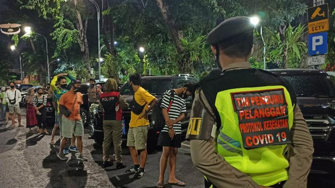 Tim pemburu pelanggar protokol kesehatan COVID-19 menangkap warga yang langgar protokol kesehatan. (Foto: Dok Istimewa)