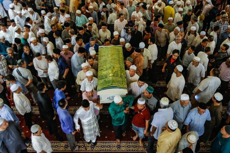 Pall bearers carry Tan Sri Abdul Aziz Abdul Rahman's casket after prayers at Masjid Saidina Umar in Bukit Damansara, Kuala Lumpur January 23, 2020. — Picture by Hari Anggara