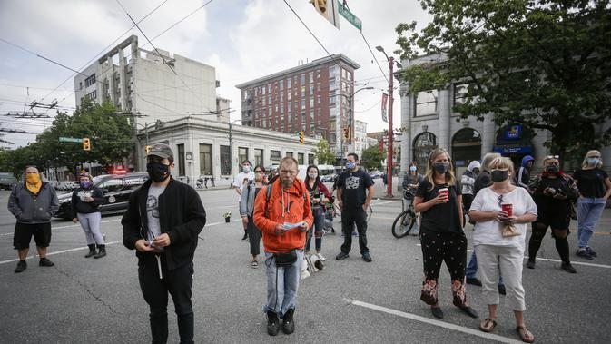 Warga berpartisipasi dalam peringatan mengenang korban overdosis di Vancouver, British Columbia, Kanada (31/8/2020). Warga ambil bagian dalam acara peringatan di Vancouver untuk mengenang orang terkasih yang meninggal akibat overdosis dalam Hari Kesadaran Overdosis Internasional. (Xinhua/Liang Sen)
