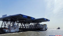 將軍澳跨灣大橋邊跨組件船隊江蘇出江正前往香港