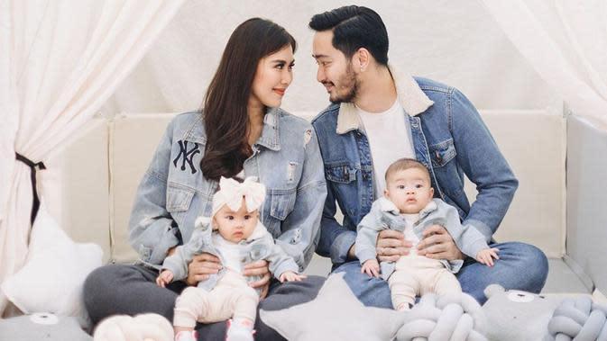 Baru-baru ini Syahnaz serta sang suami bersama kedua buah hatinya melakukan pemotretan keluarga. Pada penampilannya kali ini, mereka memilih menggunakan busana bertema denim. (Liputan6.com/IG/@syahnazs)