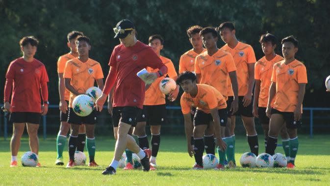 Pelatih Shin Tae-yong memberikan sinyal untuk melakukan rotasi pemain Timnas Indonesia U-19 saat menghadapi Bosnia dan Herzegovina. (dok. PSSI)