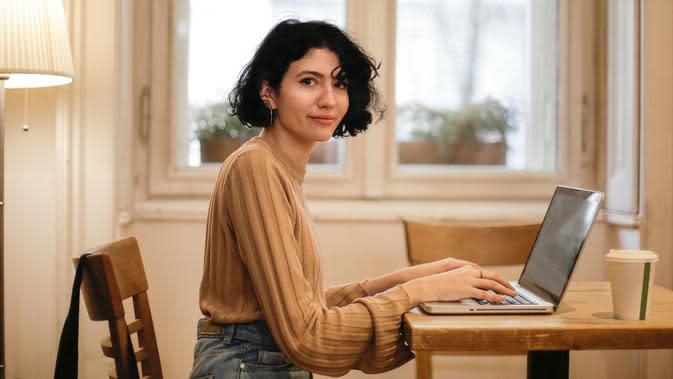 ilustrasi perempuan bekerja/Photo by Andrea Piacquadio from Pexels