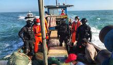 中國漁船越界高速蛇行拒檢 金門海巡強勢登檢 (圖)