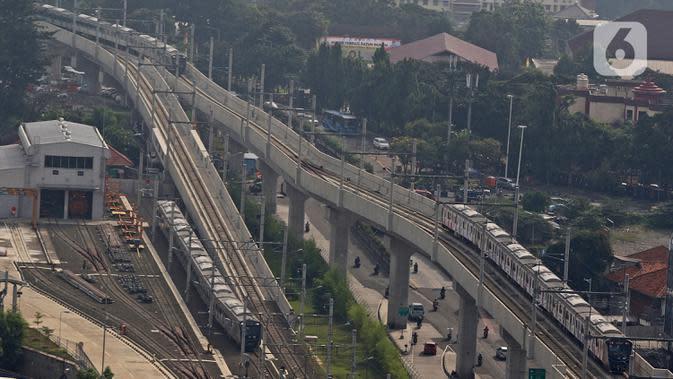 Rangkaian kereta Moda Raya Terpadu (MRT) memasuki stasiun MRT Lebak Bulus, Jakarta, Selasa (9/6/2020). Mulai 8 Juni kemarin, PT MRT Jakarta mengubah jarak antar kereta (headway) untuk jam sibuk pada hari kerja adalah 5 menit dan 10 menit di jam non-sibuk. (Liputan6.com/Herman Zakharia)