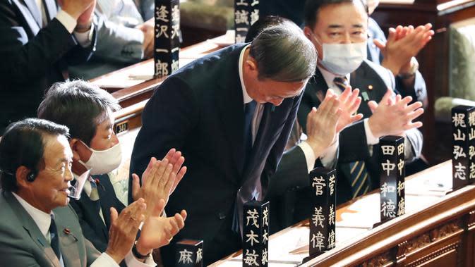 Yoshihide Suga membungkuk setelah terpilih sebagai perdana menteri baru Jepang di majelis rendah parlemen di Tokyo, Rabu (16/9/2020). Parlemen Jepang pada Rabu (16/9) resmi memilih Yoshihide Suga sebagai perdana menteri pengganti Shinzo Abe yang mundur karena sakit. (AP Photo/Koji Sasahara)