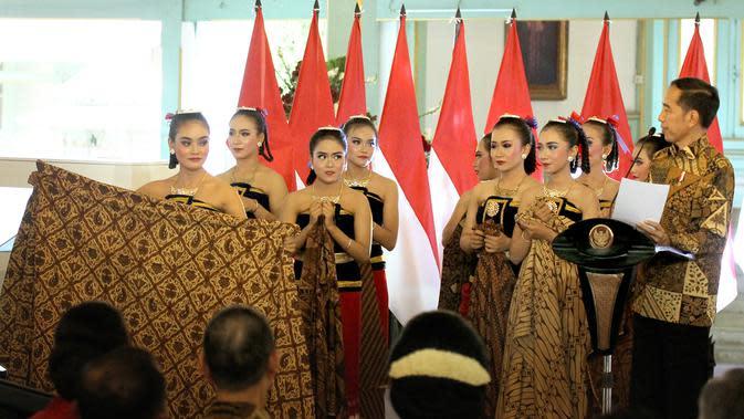 Ilustrasi: Presiden Jokowi menghadiahi sepeda kepada sembilan penari Ambabar Batik yang pentas di Hari Batik Nasional 2019 di Pura Mangkunegaran, Solo, Rabu (2/10).(Liputan6.com/Fajar Abrori)