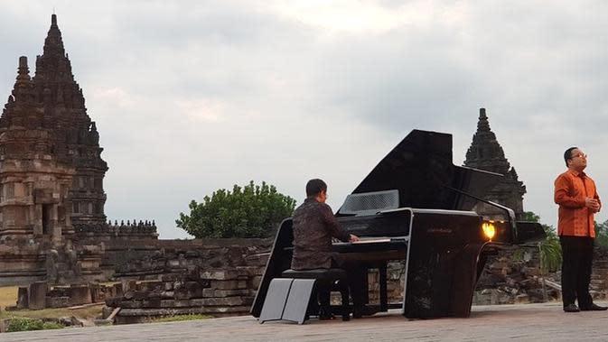 Concert Grand Piano SR1928 The Awakening, piano persembahan Saniharto yang berkolaborasi dengan arsitek Raul Renanda serta musisi Aksan Sjuman, saat dimainkan di Candi Prambanan. (dok. Instagram @saniharto/https://www.instagram.com/p/CFRX7X_ndKf/