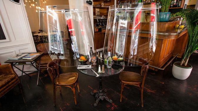 Purwarupa gelembung plexiglass Plex'Eat karya desainer Christophe Gernigon terlihat di restoran H.A.N.D di Paris, Prancis, pada 27 Mei 2020. Pelindung plexiglass Plex'Eat untuk menyelubungi pengunjung sehingga melindungi mereka dari virus corona Covid-19. (Xinhua/Aurelien Morissard)