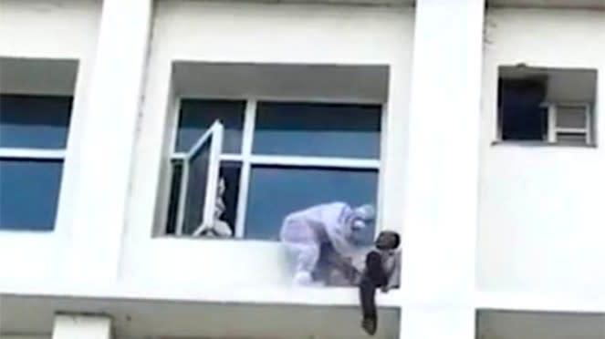 Seorang dokter rela panjat jendela kamar rumah sakit bujuk pasien COVID-19