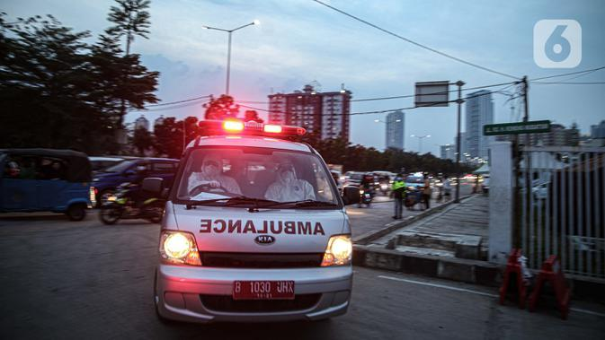 Ambulans membawa pasien COVID-19 ke Rumah Sakit Darurat Wisma Atlet, Kemayoran, Jakarta, Kamis (10/9/2020). Sebanyak 1.600 dari 2.700 tempat tidur yang dipersiapkan pemerintah untuk pasien COVID-19 di Rumah Sakit Darurat Wisma Atlet telah terisi. (Liputan6.com/Faizal Fanani)