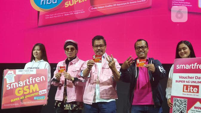 Peluncuran paket internet Super 4G Unlimited Lite Smartfren Rp 50 ribu oleh Deputy CEO Mobility Smartfren Sukaca Purwokardjono (kedua kanan); Deputy CEO Smartfren, Djoko Tata Ibrahim; dan Atta Halilintar. (Liputan6.com/ Agustin Setyo W)