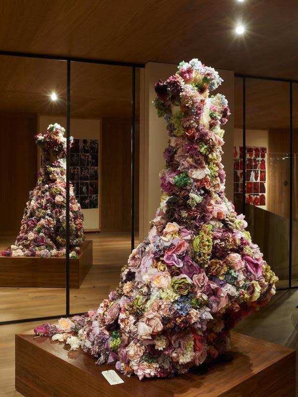 Lee membuat gaun tersebut sebagai penutup peragaan 'Sarabande' untuk koleksi Spring/Summer 2007. Kini Alexander McQueen kembali mengajak menengok kembali karya-karyanya yang ikonis. (Doc. Alexander McQueen)