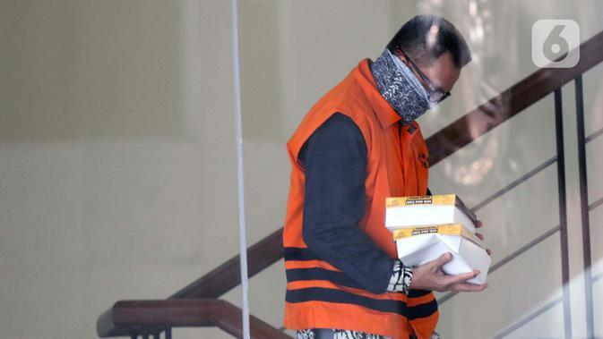 Tersangka dalam kasus dugaan korupsi pelaksanaan pekerjaan subkontraktor fiktif pada proyek-proyek yang dikerjakan PT Waskita Karya (Persero), Fathor Rachman berjalan keluar dari gedung KPK usai menjalani pemeriksaan lanjutan, Jakarta, Rabu (30/9/2020). (Liputan6.comHelmi Fithriansyah)
