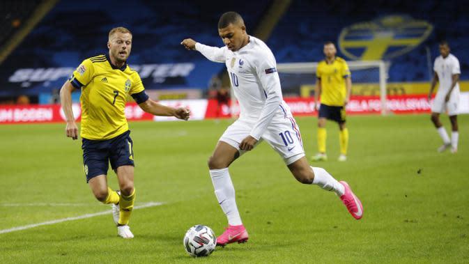 Penyerang Prancis, Kylian Mbappe, mencetak gol ke gawang Swedia pada laga UEFA Nations League di Friends Arena, Minggu (6/9/2020). Prancis menang 1-0 atas Swedia. (Christine Olsson/TT via AP)