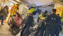 有打架?民眾目睹男女拉扯 7警到場包圍