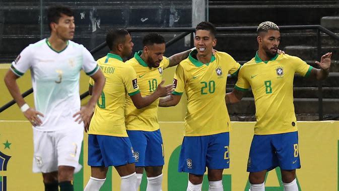 Pemain Brasil merayakan gol yang dicetak Roberto Firmino ke gawang Bolivia pada laga kualifikasi Piala Dunia 2020 di Corinthians Arena, Sabtu (10/10/2020) pagi WIB. Brasil menang 5-0 atas Bolivia. (AFP/Buda Mendes/pool)
