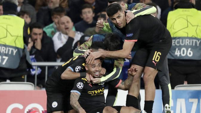 Para pemain Manchester City merayakan gol yang dicetak oleh Gabriel Jesus ke gawang Real Madrid pada laga liga Champions di Stadion Santiago Bernabeu, Rabu(26/2/2020). Manchester City menang dengan skor 2-1. (AP/Bernat Armangue)