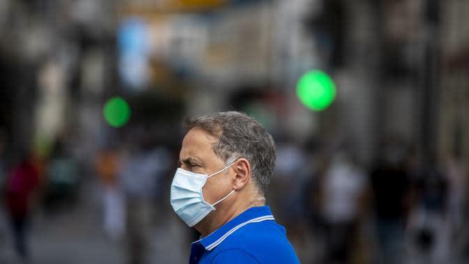 Seorang pria yang mengenakan masker untuk mencegah penyebaran COVID-19 terlihat di Madrid, Spanyol, Rabu (16/9/2020). Madrid akan memberlakukan penguncian selektif di daerah perkotaan tempat COVID-19 menyebar lebih cepat. (AP Photo/Manu Fernandez)