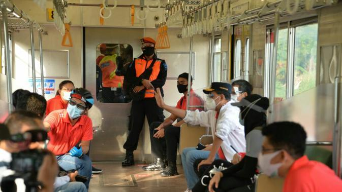 Menhub Budi bersama beberapa jajaran Kemenhub menjajal integrasi antar moda transportasi dengan berangkat menggunakan KRL dari Stasiun Palmerah menuju Stasiun Cisauk, sebelum sampai di area track Intermoda BSD City, Serpong untuk bersepeda.