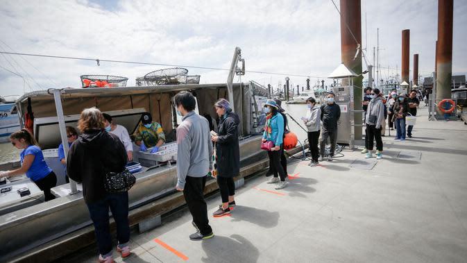 Orang-orang mengantre untuk membeli udang spot segar sambil menerapkan jaga jarak sosial di Steveston Fisherman's Wharf di Richmond, British Columbia, Kanada (5/6/2020). Musim udang spot tahun ini tertunda akibat kurangnya pasar selama pandemi COVID-19. (Xinhua/Liang Sen)