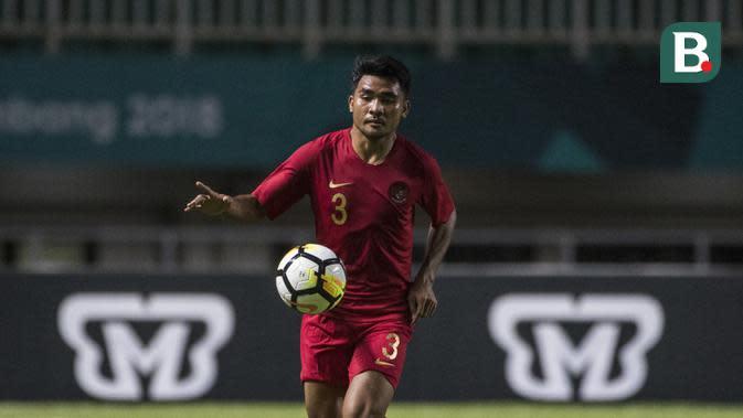 Bek Timnas Indonesia, Asnawi Mangkualam, mengontrol bola saat melawan Thailand pada laga PSSI 88th U-19 di Stadion Pakansari, Jawa Barat, Minggu (23/9/2018). Kedua negara bermain imbang 2-2. (Bola.com/Vitalis Yogi Trisna)