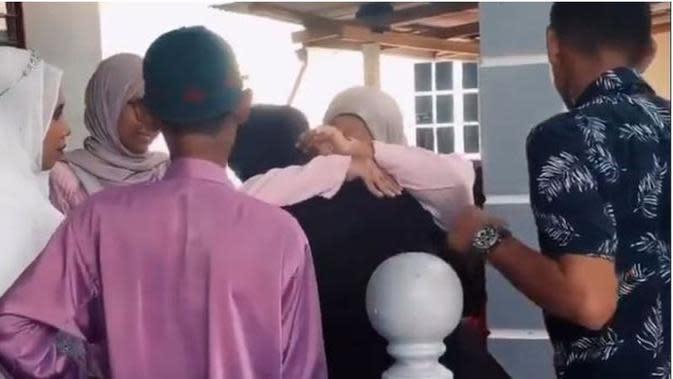 Terpisah 20 Tahun, Pria Ini Bertemu Keluarga Kandung di Pesta Pernikahan (Sumber: mStar)
