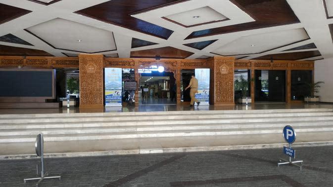 Setelah adanya anggota DPRD meninggal, halaman Gedung Berlian kantor DPRD Jateng sepi pengunjung. (Felek Wahyu/Liputan6.com)