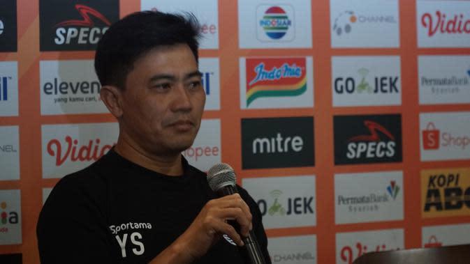 Pelatih fisik Persib Yaya Sunarya menghadiri jumpa pers sebelum pertandingan melawan Bhayangkara FC. (Liputan6.com/Huyogo Simbolon)