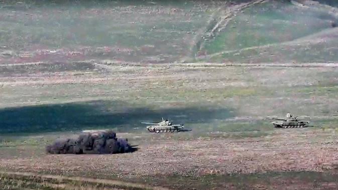 Tentara Armenia saat menghancurkan tank Azerbaijan di jalur kontak Republik Nagorno-Karabakh. (Photo credit: Armenian Defense Ministry via AP)