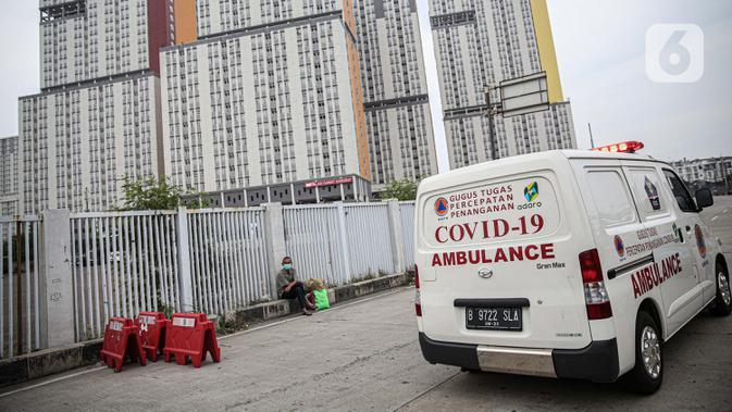 Ambulans melintas meuRumah Sakit Darurat Wisma Atlet, Kemayoran, Jakarta, Kamis (10/9/2020). Pemerintah menyiapkan 2.700 tempat tidur di RSD Wisma Atlet untuk merawat pasien COVID-19 dengan kondisi sedang dan ringan. (Liputan6.com/Faizal Fanani)