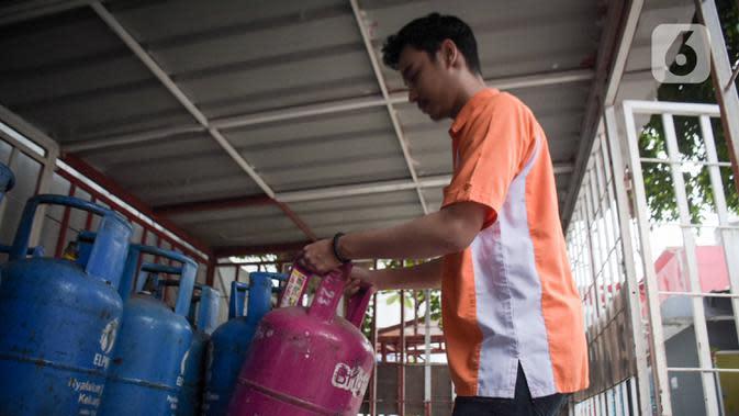 Petugas merapikan bright gas 5,5 kg dan 12 kg di SPBU Cikini, Jakarta, Rabu (8/4/2020). Hal itu terjadi seiring dengan imbauan bagi masyarakat untuk membatasi mobilisasi di luar rumah sebagai upaya pencegahan penularan virus Covid-19. (Liputan6.com/Angga Yuniar)