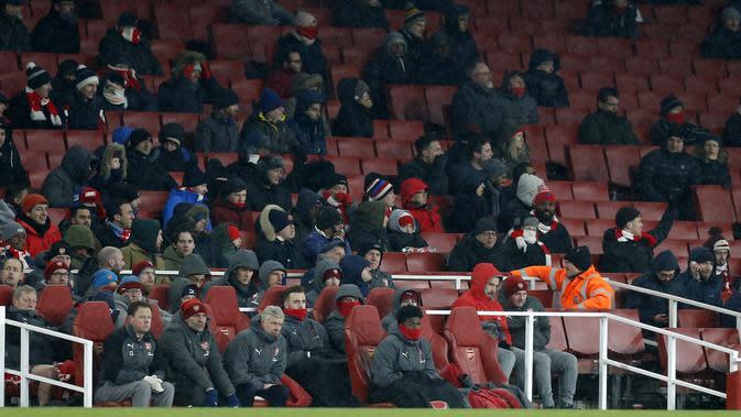 Suporter Arsenal menyaksikan tim kesayangan menghadapi Manchester City di Emirates Stadium, Kamis (1/3/2018) atau Jumat (2/3/2018 WIB. Arsenal tumbang 0-3. (AFP/Ian Kington)