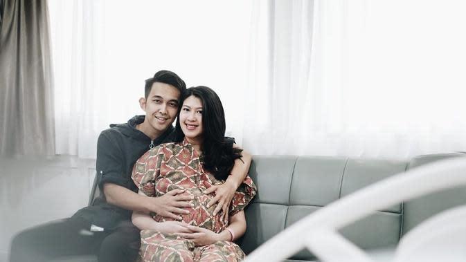 Anak pertama yang diberi nama Baehati Aaleyah Sinaga atau dipanggil Bae itu lahir juga di tanggal cantik, 9 September. Sebelumnya, sang istri hamil kembar. Namun, akibat suatu hal, pasagan ini harus merelakan salah satu janinnya. (Instagram/febyriz)