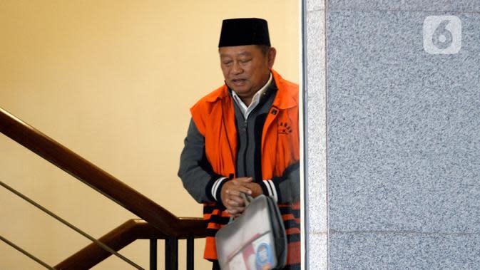 Bupati nonaktif Sidoarjo Saiful Ilah menaiki tangga menuju ruang pemeriksaan di Gedung KPK, Jakarta, Jumat (6/3/2020). Saiful Ilah diperiksa sebagai tersangka untuk melengkapi berkas terkait dugaan menerima suap proyek infrastruktur di Dinas PUPR Kabupaten Sidoarjo. (merdeka.com/Dwi Narwoko)