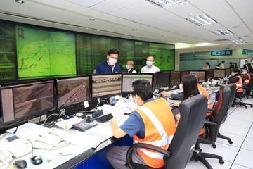 交通部長林佳龍1日一早視察高公局行控中心。(高公局提供)