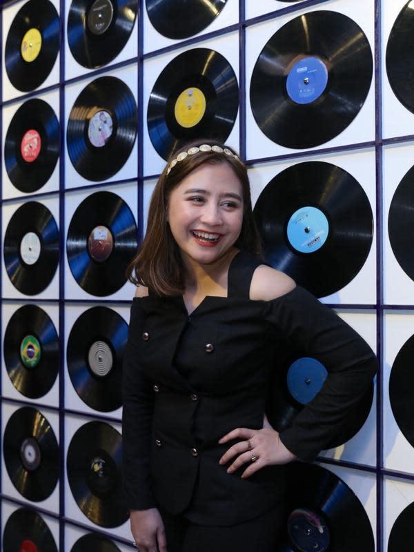 Dalam lagunya yang telah dirilis di Youtube pada 7 Februari 2020 lalu, Prilly menggandeng seorang DJ Brasil bernama Selva. Perempuan yang satu ini juga mengakui kendalanya saat membuat lagu dengan Selva. (Daniel Kampua/Fimela.com)