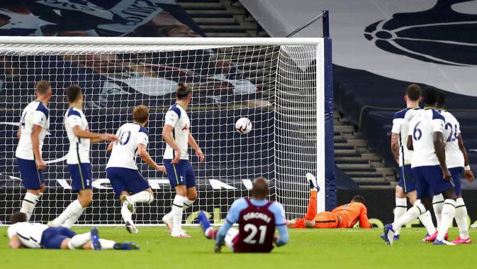 Para pemain Tottenham Hotspur tampak lesu saat gawangnya kebobolan untuk ketiga kalinya pada laga Liga Inggris Senin (19/10/2020). Kedua tim bermain imbang 3-3. (Clive Rose/Pool via AP)