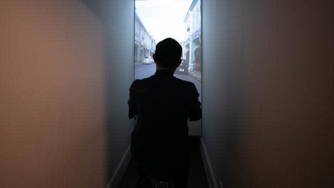 Seorang pria menjajal tur sepeda virtual mengelilingi Kota Tua Phuket di Museum Peranakan Phuket di Phuket, Thailand, pada 12 September 2020. Museum ini menampilkan sejarah dan budaya Peranakan melalui berbagai koleksi benda pameran dan teknologi. (Xinhua/Zhang Keren)