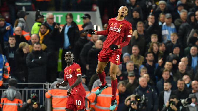 Gelandang Liverpool, Fabinho, merayakan gol yang dicetaknya ke gawang Manchester City pada laga Premier League di Stadion Anfield, Liverpool, Minggu (10/11). Liverpool menang 3-1 atas City. (AFP/Paul Ellis)