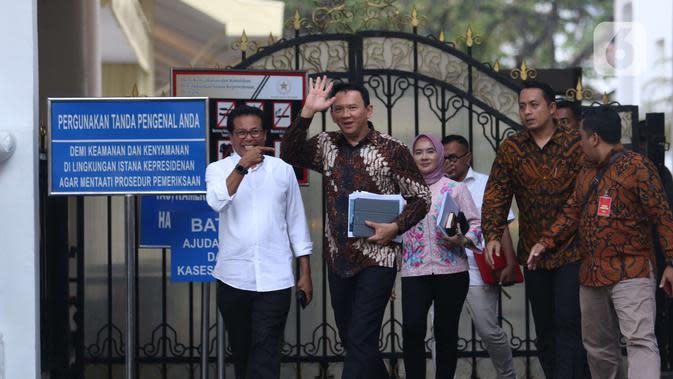 Komisaris Utama Pertamina Basuki Tjahaja Purnama menyapa awak media usai menemui Presiden Joko Widodo di Istana, Jakarta, Senin (9/12/2019). Pertemuan tersebut Presiden meminta agar memperbaiki defisit neraca perdagangan kita di sektor petrokimia dan migas. (Liputan6.com/Angga Yuniar)